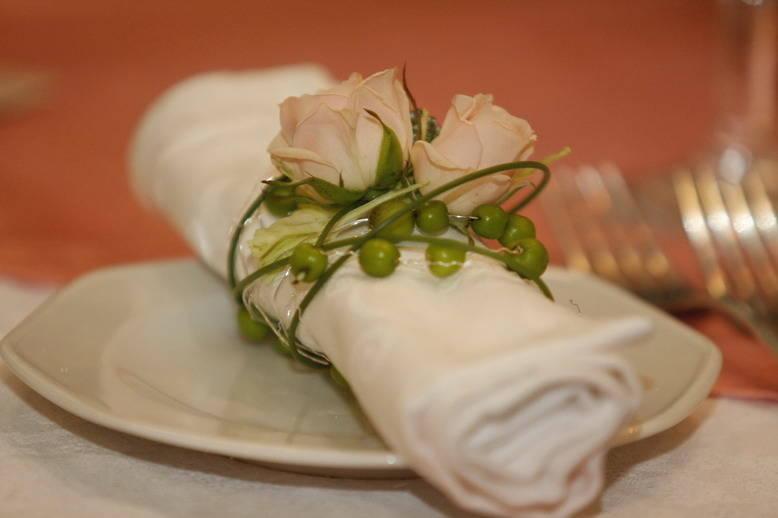 Цветочные украшения для свадебного стола: контрастность и естественность